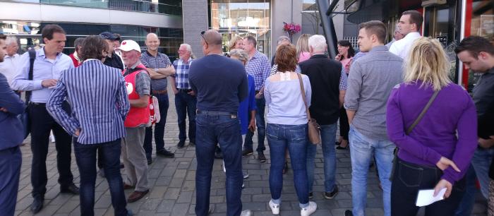 De leden van de Dijkhoff-fanclub stonden soms wat beteutert en schaapachtig te kijken. Eén SP-er ging met hen in gesprek.