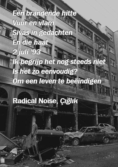 """Een zwartwitfoto van het verwoeste hotel met op de voorgrond de tekst: """"Een brandende hitte - Vuur en vlam - Sivas in gedachten - 2 juli '93 - Ik begrijp het nog steeds niet - Is het zo eenvoudig? - Om een leven te beëindigen (Radical Noise, Çiğlik)"""""""