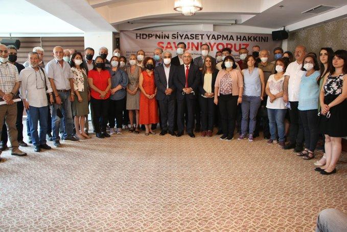 Groepsfoto van vertegenwoordigers van de 41 organisaties die zich uitspreken tegen het verbod op de HDP.