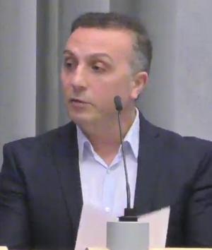 Grijze Wolven-woordvoerder Abuzet Bozbiyik in de Arnhemse raad gisteravond