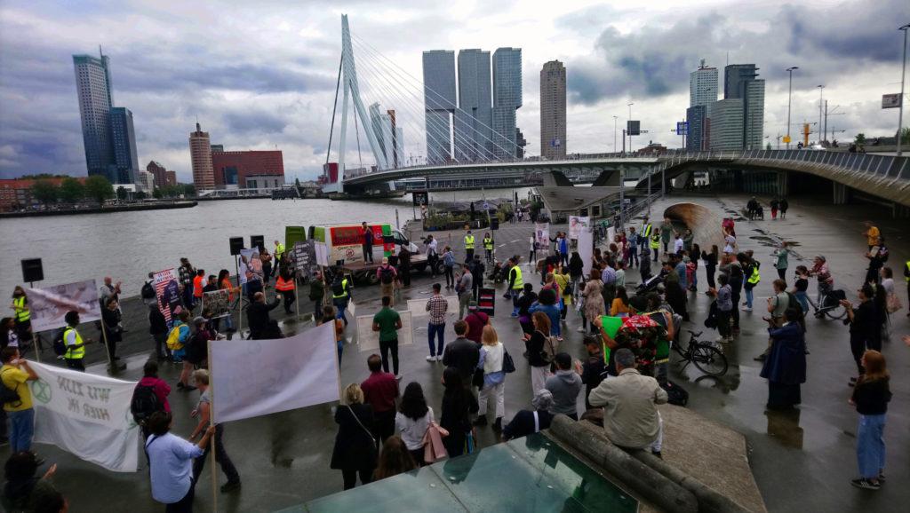 Overzicht van de demonstratie onderaan de Erasmusbrug, aan de over van de Nieuwe Maas.