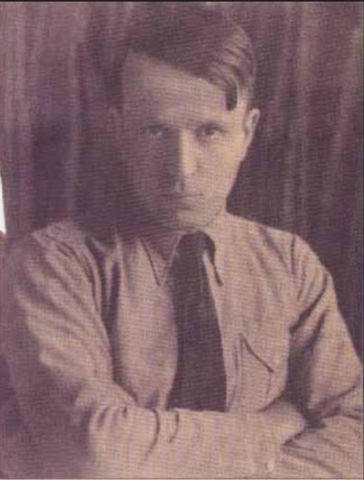 Atsız in zijn jonge jaren. Hij dacht niet alleen als Hitler, maar wilde kennelijk ook dolgraag op zijn voorbeeld lijken.