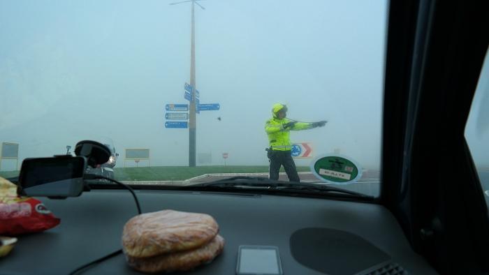Actievoerders die per auto kwamen werden van de weg gehaald. Driving while eating bara's.