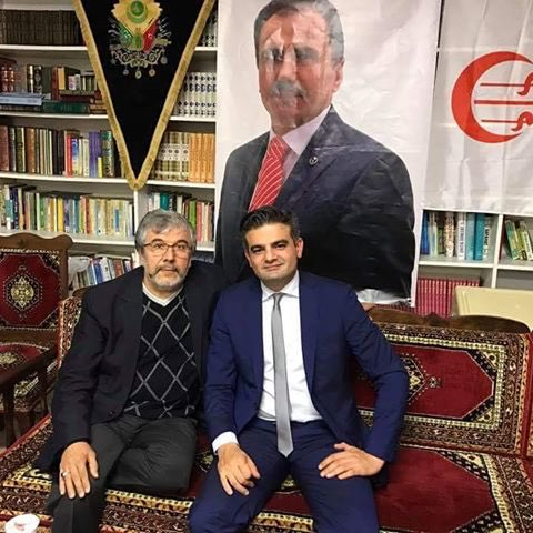 DENK-oprichter Tunahan Kuzu poseert voor een foto van Muhsin Yazıcıoğlu, oprichter van de BBP, een afsplitsing van de Grijze Wolven.