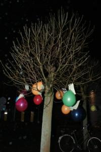 Ballonnen met flyers aan de bomen midden op het plein voor het dwangarbeidcentrum DZB.