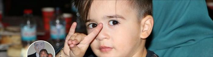 De Twitter-banner van festival-organisator Ibrahim Gunay met kind dat het fascistische Grijze Wolven-gebaar maakt