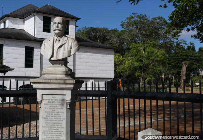 Borstbeeld van Barnet Lyon op de hoek van de Grote Combéweg en het Onafhankelijkheidsplein in Paramaribo, Suriname (foto: Mark Berman).