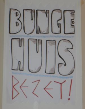 Politieke versiering in het bezette Bungehuis.