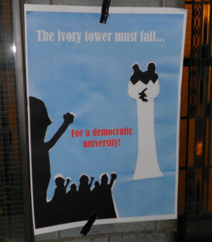 Poster in het bezette Bungehuis: