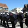 Buurtbewoners en demonstranten werden met een blauwe muur uit elkaar gehouden.
