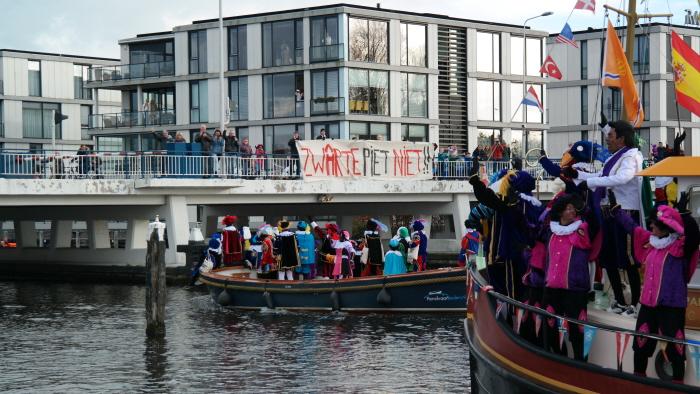 Spandoek tegen Zwarte Pieten op weg naar het centrum.
