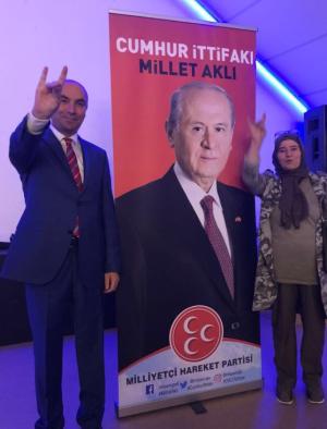 ATK-leider Cemal Çetin maakt het fascistische gebaar tijdens zijn verkiezingstournee in Nederland.