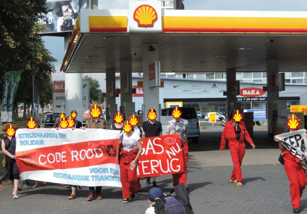 Klimaatactivisten van Code Rood bezetten zeven uur lang een Shell tankstation in Groningen