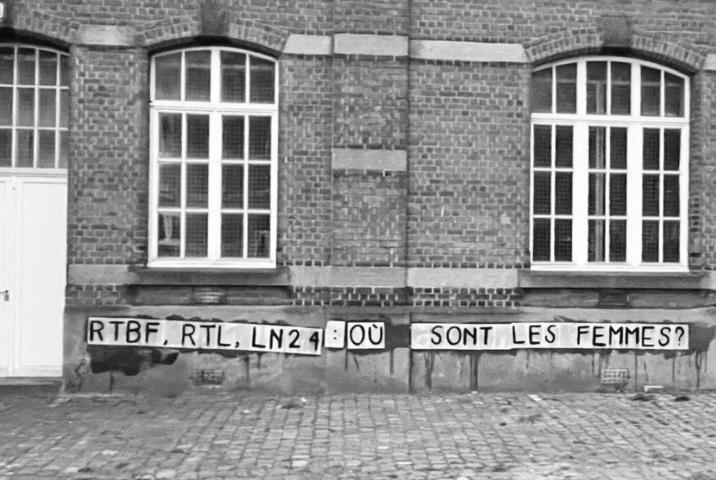 """Een muur van een oud gebouw met daarop de tekst """"RTBF, RTL, LN24: où sont les femmes?""""."""
