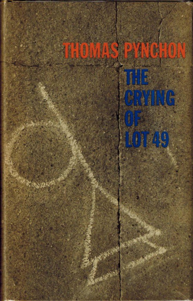 """Omslag van het boek """"The crying of lot 49"""" van Thomas Pynchon, een foto van beton met scheuren erin en een mysterieus symbool erop gekrijt."""