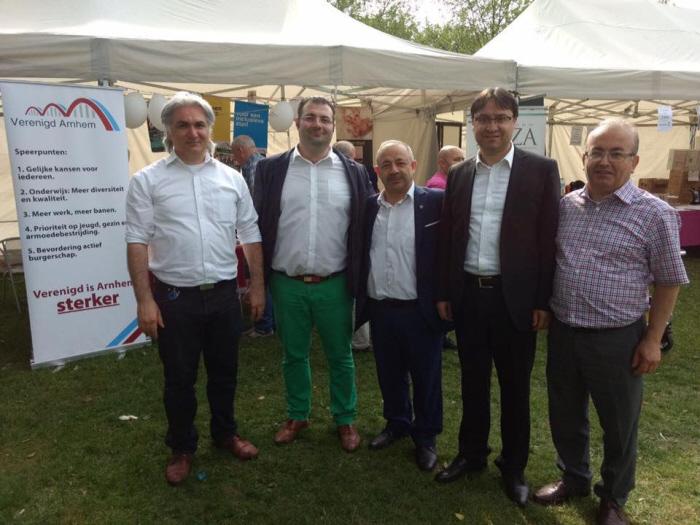 DENK-raadslid Usta (tweede van links) samen met landelijke Grijze Wolven-voorziter Gedik (tweede van rechts) op het Turkse festival van vorig jaar.