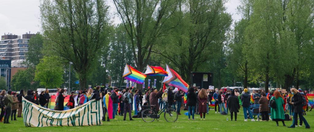Overzicht van de groep, met vele regenboogvlaggen. Ook een panseksuele vlag.