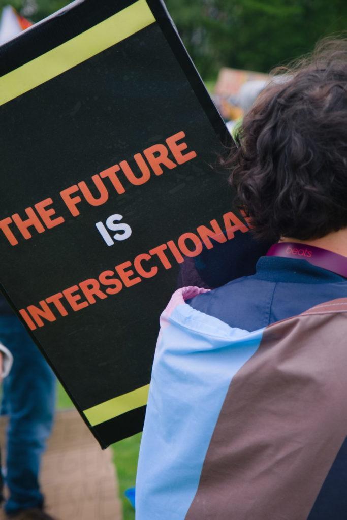 """Een bord met de tekst """"The future is intersectional""""."""