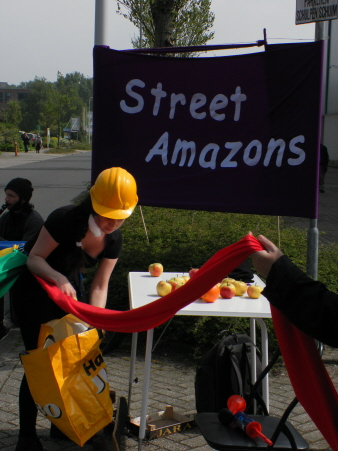 Optreden van vrouwengroep Street Amazons over hoe van alle kanten aan vrouwen getrokken wordt. Hier: werk op het land.