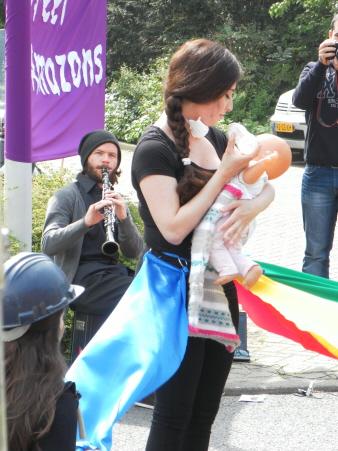 Optreden van vrouwengroep Street Amazons over hoe van alle kanten aan vrouwen getrokken wordt. Hier: zorgen voor de kinderen.
