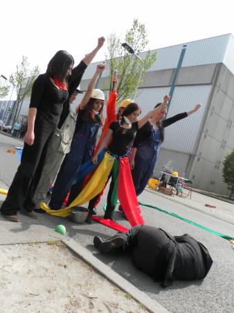 Optreden van vrouwengroep Street Amazons over hoe van alle kanten aan vrouwen getrokken wordt. Hier: de vrouwen pikken het niet meer.