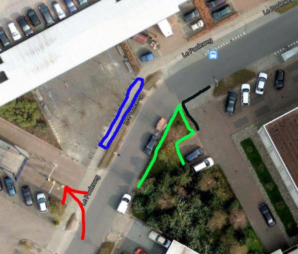 """Overzicht van de situatie ter plekke. Rechts het zwarte vakje dat de burgemeester in eerste instantie aan het protest oplegde. Door de (groen ingetekende) bomen en struiken zouden we niet te zien zijn voor de bezoekers die bij de rode pijl (links onder) naar het parkeerdek (linksboven) rijden. Dat parkeerdek is bovenop het dwangarbeidcentrum. In het tweede voorstel van Lenferink moeten alle demonstranten een uur lang op een strookje van anderhalve meter breed """"plaatsnemen"""", hier aangegeven in blauw."""