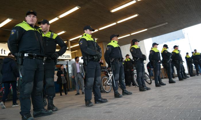 Linie politie klaar om op te treden