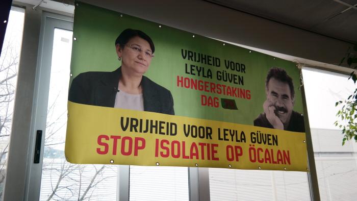 Spandoek waarop wordt bijgehouden de hoeveelste dag het is in de hongerstaking van Güven.