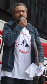 Doorbraak-activist Rachid Alouad Abdellah houdt een toespraak.