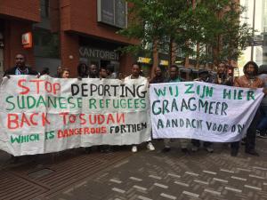 Demonstratie Wij Zijn Hier tegen deportatie Soedanese vluchteling.