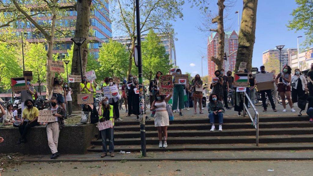 Demonstrerende studenten bij de Blaak in Rotterdam.