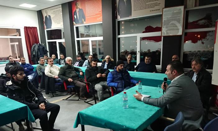 Een verkiezingsbijeenkomst van Denk in de ruimte van Hoca Ahmed Yesevi. Toespraak van kandidaat-raadslid Yıldırım Usta. Rechts naast hem zit de Arnhemse Grijze Wolven-leider İbrahim Günay.