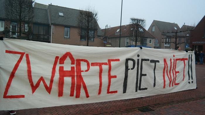 Het grote spandoek dat vorig weekeinde in Leiden werd opgehangen bij de intocht van Sinterklaas was ook mee
