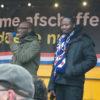 Twee van de organisatoren op het podium: Mitchell Esajas en Jerry Afriyie (met Friese sjaal)