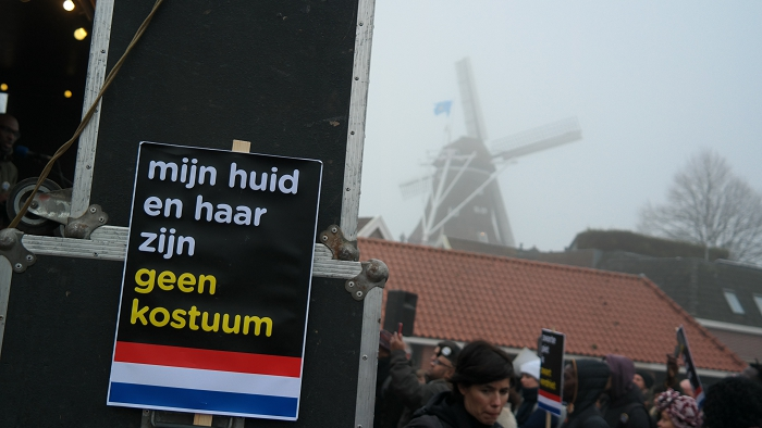 Friese molen dromerig in de mist, met keiharde kritiek ervoor op Nederlandse blackface-traditie