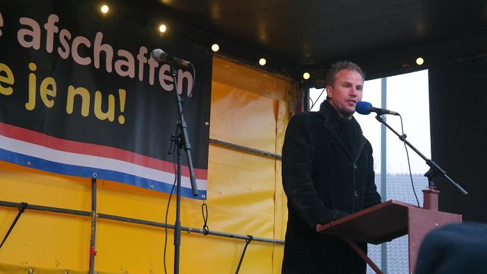 Dokkumse stadsdichter Tsead Bruinja vertelt in het Fries wat het enige is dat je met schoensmeer moet doen