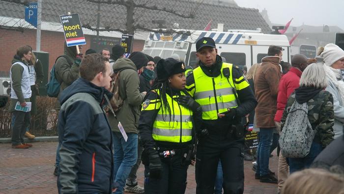 Amsterdamse politiemensen van het Caribisch Netwerk vulden het verder vrijwel volledig witte Friese korps aan