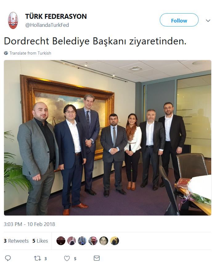 De Dordse VVD-burgemeester Wouter Kolff poseert samen met een zestal Grijze Wolven, nadat ze gezellig samen thee gedronken hebben. Turks extreem-rechts doet er alles aan om salonfähig te worden.