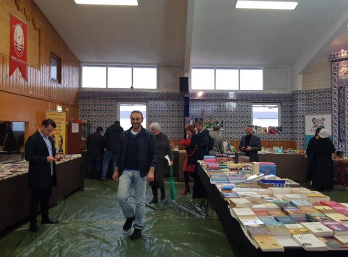 De 'boekenbeurs' met linksboven aan de muur het logo van de Grijze Wolven-federatie.