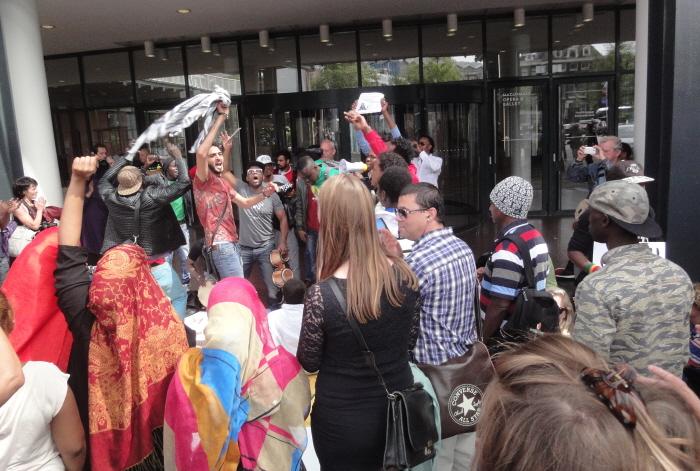 """Bij het stadhuis: """"Down down IND, welcome welcome refugees!"""""""