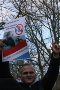 """Anti-pedo""-activist met poster van de Dutch Brotherhood."