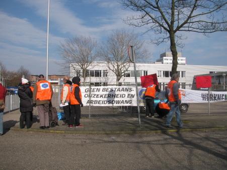 De actievoerders bij de hoofdingang.