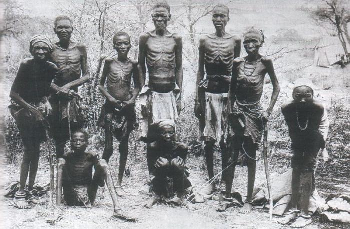 Een foto van Herero die zijn ontsnapt en zo het koloniale terreur hebben overleefd.