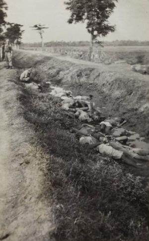 Trots maakten Nederlandse soldaten foto's van de Indonesiërs die ze zojuist massaal geëxecuteerd hadden.