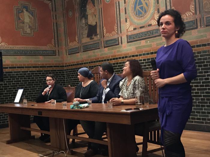 Het panel met vlnr. Ellen Dekkers, Khadija Hyati, Zakaria Boufangacha, Anousha Nzume en Luisa Moreno (foto: Fatima EL Mourabit)