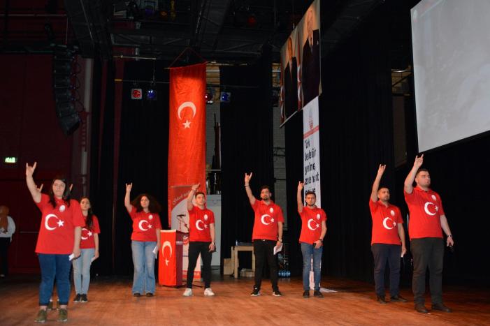 Grijze Wolven-jongeren brengen trots hun fascistische groet op het podium.
