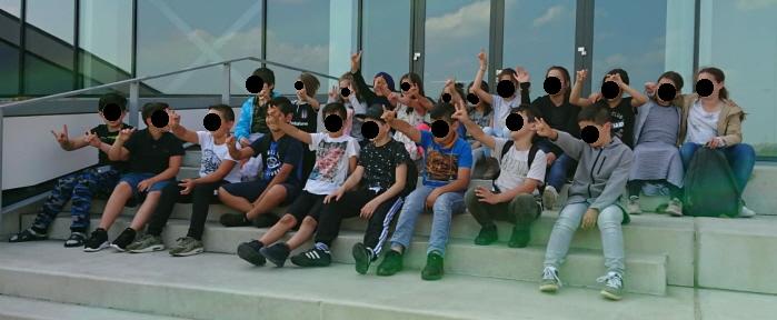 Inspreker Abuzet Bozbiyik kent geen mensen in Arnhem die Grijze Wolven-gebaren maken. Hier kinderen bij de Turkse les in de vereniging Hoca Ahmed Yesevi waar hij zelf bestuurslid van is.