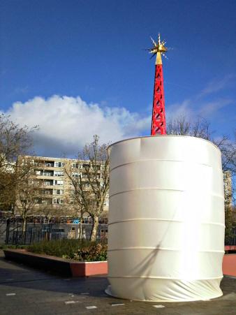 Vooraf aan de onthulling: monument met slurf.
