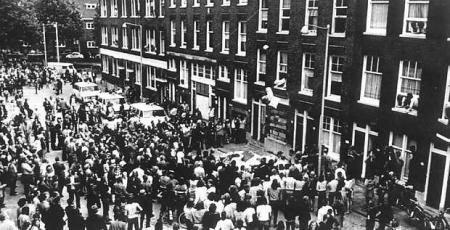 Rassenrellen in de Afrikaanderwijk in 1972: inboedel van een pension wordt op straat gegooid.