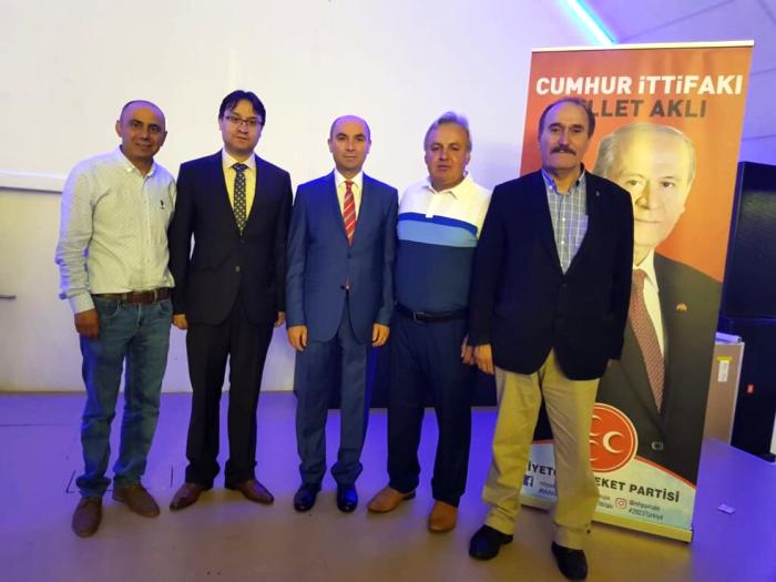 Gedik (tweede van links) deze week op een Grijze Wolven-verkiezingsbijeenkomst